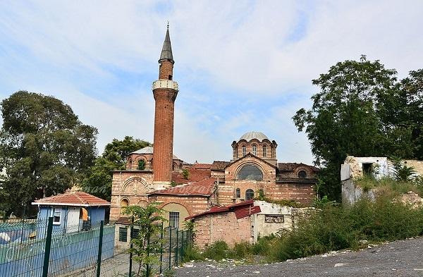 Vefa Kilise Camii Kilise olarak on birinci yüzyılda inşa edilmiştir. Fetihten kısa bir süre sonra Fatih Sultan Mehmet'in hocası Molla Gürani tarafından camiye tevdi edilmiştir. Bu cami, bânisi sebebiyle Molla Gürani Camii olarak da anılır.