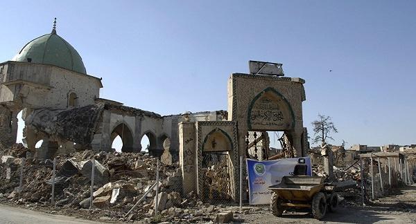"""Haçlıların korkulu rüyası olan Nureddin Zengi tarafından 12. yüzyılda yaptırıldığı bilinen Musul Ulu Camii, eğik minaresiyle adeta şehrin sembolü haline gelmişti. Bu sebeple halk arasında Musul için """"kambur"""" lakabı da kullanılırdı. Eser aynı zamanda """"Nuri Camii"""" diye de şöhret bulmuş. Selahaddin Eyyubî'nin yetişmesinde büyük emeği geçen Nureddin Zengi'nin yadigârı bu zarif eser şimdilerde yerle bir olmuş durumda."""