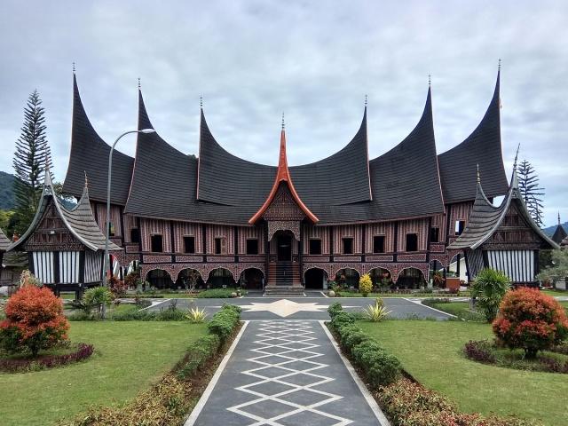 Yeryüzündeki diğer Müslüman toplumlardan farklı olarak Minangkabau halkı anaerkil bir yapıya sahiptir. Tabi oldukları kabile hukukuna göre miras anneden kıza geçer. Çocuklar babaların değil annelerinin soyadlarını alır.