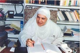 Zainab al-Ghazali (1917-2005)  Müslüman Dünyası ve İslam Ansiklopedisi Al-Ghazali için 'Mısır'ın önde gelen feminist İslamcısı' tabirini kullanıyor. Feminist-İslamcı dendiğinde ne 'İslamcı' tanımının içinden çıkıyoruz ne de ciltlerce tartışılan feminist kelimesinin. Ama galiba iki kelime birleştiğinde herkesin aklında aşağı yukarı benzer şeyler beliriyor; Müslüman kimliğinin gerektirdiklerinin yanı sıra kadın meselesi üzerine kalem oynatan güçlü bir kadın. Müslüman Kardeşler ile dirsek dirseğe mücadele yürüten Muslim Women's Association adlı derneğin kurucusu olarak defalarca tutuklandı, sorgulandı ve hapis yattı. Müslüman kadın hakkında yazdıklarıyla fikirleri Mısır'ın entelektüel çevrelerini aştı ve ardında feminizm üzerine kafa yoran her Müslüman kadının okuması gereken eserler bıraktı.
