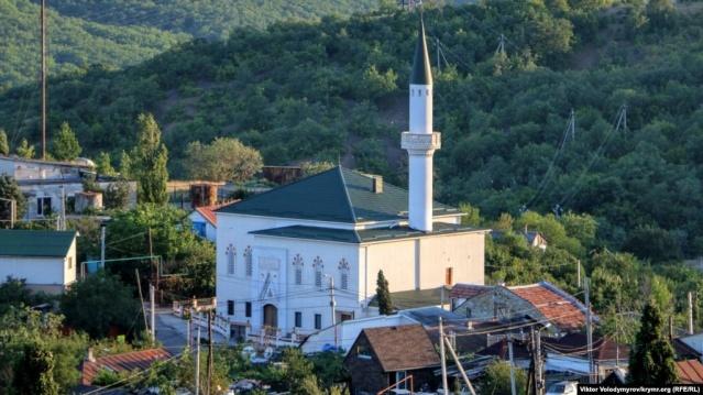 Kırım'da Aluşta Kenti yakınlarındaki İzobilnoye Köyü'nde bulunan Korbek Camii, iş adamı Murat Ülker tarafından babasının vasiyeti doğrultusunda yeniden inşa edildi.