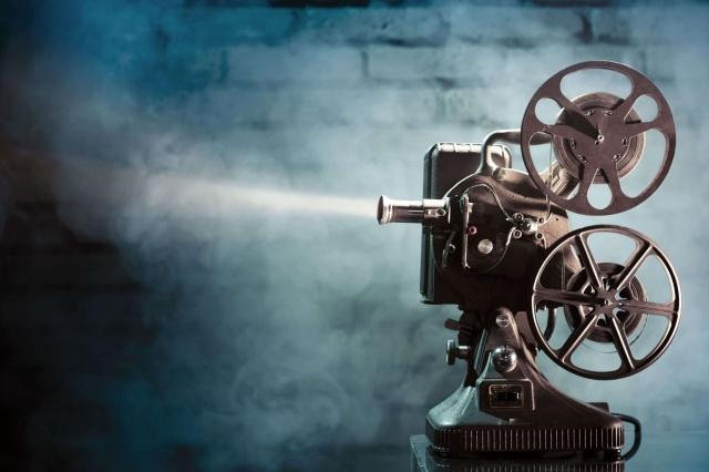 """Zamanın ruhunu yakalayan 24 kare: Yedinci sanat yahut sinema   Çoğumuzun hayatında önemli bir yer teşkil eden """"sinema"""" kelimesi köken olarak Yunancada hareket anlamına gelen """"kinema"""" ile, yazmak manasına gelen """"graphein"""" kelimelerinden türetilmiştir. Yine onunla ilgili olan """"sinematografi"""" (cinematographie) Fransızca kökenli bir kelimedir. Yani kelimenin menşei her yönüyle Batı'ya aittir.""""Yedinci Sanat"""" olarak da nitelendirilen, bir asırdan fazla bir zamandan beri insanlığı beyaz perdede canlandıran sinema, hayatın belli kesitlerinin kamera marifetiyle kayda alınmasıdır. Bu sanat, diğer altı sanatı da (edebiyat, şiir, heykel, müzik, tiyatro, mimari) içine alma kudretine sahiptir.  Onun içindir ki sinema birçok duyuya hitap eden renkli bir sanattır."""
