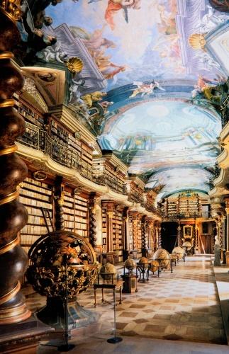 """Klementinum Kütüphanesi PRAG, ÇEKYA  Günümüzde Çekya'nın Merkez Kütüphanesi olarak hizmet veren Klementinum Kütüphanesi, 6 milyon materyal ile ülkenin en büyük kütüphanesi durumunda. 1722 yılında bir Cizvit manastırının parçası olarak kurulan kütüphane, dünyanın en güzel ve görkemli kütüphaneleri arasında zikrediliyor.  """"Prag'ın barok incisi"""" olarak anılan kütüphanenin süslü tavan freskleri eşsiz bir görünüme sahip."""