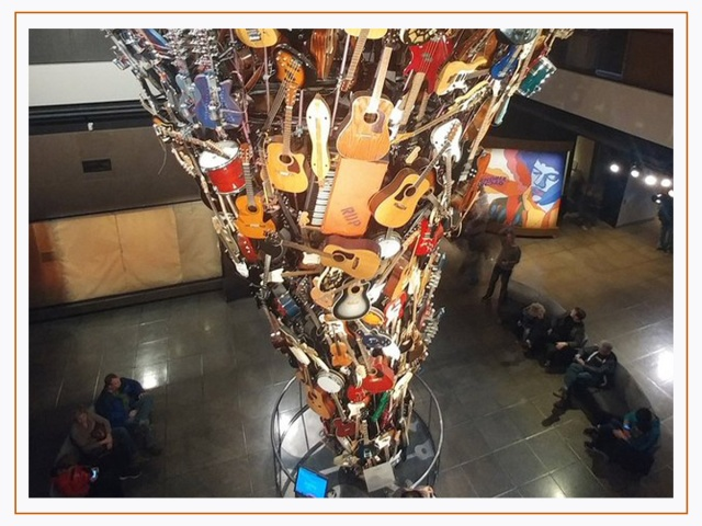 """Museum of Pop Culture mopop.org 325 5th Ave N Seattle, WA 98109 Amerika Birleşik Devletleri   Fütüristik MoPop müzesi, Space Needle ve Pike Place Market dışında, Seattle'ın en çok ziyaret edilen yerlerinden biridir. Frank Gehry'nin eşsiz kavisli tasarımı olan 140.000 metrekarelik müze, 'müziğin bütün enerjisini ve akışkanlığını aktarma'yı amaçlıyor. Eskiden 'Deneyim Müzik Projesi' olarak bilinen MoPop, Microsoft ortaklarından Paul Allen tarafından kuruldu ve Nirvana'nın ilk albümlerinden Prince'in """"Purple Rain""""ine kadar her türlü yaratıcılığı keşfetmeye kendini adadı. Hazır oradayken, 2017 yılında hayatını kaybeden, Soundgarden'ın efsanevi solisti Chris Cornell'in yeni yapılan heykelini de ziyaret edebilirsiniz."""