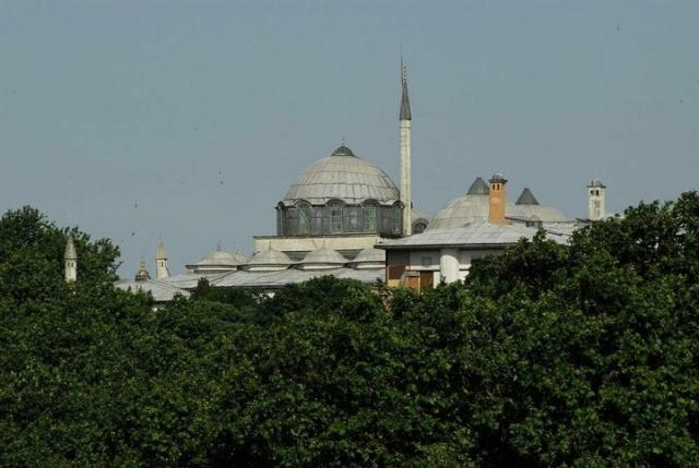 Boğaz, Haliç ve Galata'ya hâkim bir manzarası olan Topkapı Sarayı'nın Hırka-i Saadet Dairesi, çok kubbeli örtüsüyle, aynı avludaki diğer yapılardan ayrıcalıklı bir konuma sahip. Uzaktan bakıldığında minareye benzeyen bacası ve irili ufaklı kubbeleriyle küçük bir külliyeyi andırıyor.