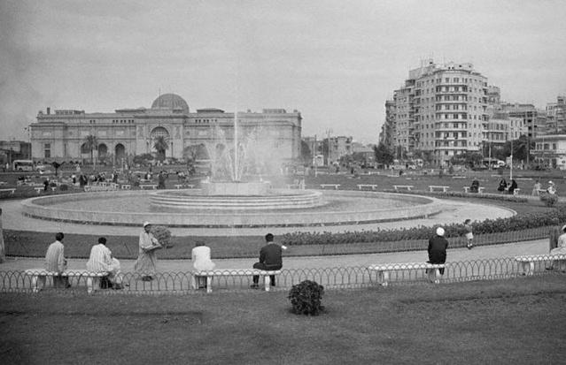 1- Mısır- Tahrir Meydanı-Kahire  Mısır'ın başkenti Kahire'nin merkezinde bulunan Tahrir Meydanı'nın 19. yüzyıldaki ismi İsmailiye Meydanı'ydı. Bu isim Mısır Hidivi İsmail Paşa'dan gelmekteydi. 1919 Mısır Devrimi'nin ardından meydanın ismi Tahrir (Özgürlük) Meydanı oldu. 1977 yılında Mısır Ekmek İsyanı burada başladı. 2003 yılı Mart'ında Irak Savaşı karşıtı protestoların merkezi oldu. 2011 yılında Hüsnü Mübarek'in devrilmesiyle sonuçlanan 1 milyondan fazla protestocunun katıldığı büyük gösterilerin merkezi de yine Tahrir Meydanı'ydı. Tahrir Meydanı birçok tarihi olayın yaşandığı bir meydan olarak Mısır tarihinde yerini aldı.