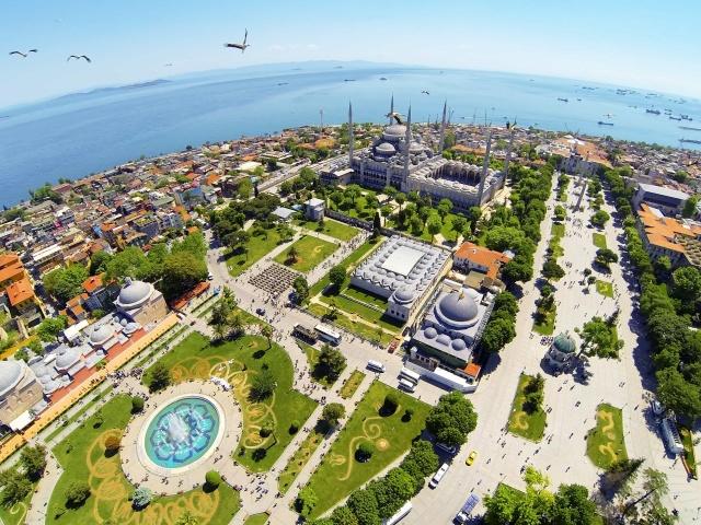 Osmanlı'da özellikle İstanbul'un fethinden sonra bilhassa da sur içi bölgesinde, kilise ve farklı amaçla kullanılan yapıların dönüştürülmesi haricinde çok sayıda cami ve beraberinde külliye inşa edildi. Türk-İslâm medeniyetinin bayraktarlığını yapan Osmanlı, mimarisinden kullanım şekline kadar camilere ayrı bir ruh ve işlev kazandırdı. İstanbul'un sur içi bölgesinde kalan onlarca cami ve mescit bugün hala varlığını sürdürüyor. Bu cami ve mescitler, yerli ve yabancı turistlerin İstanbul rotalarında mutlaka yer buluyor.
