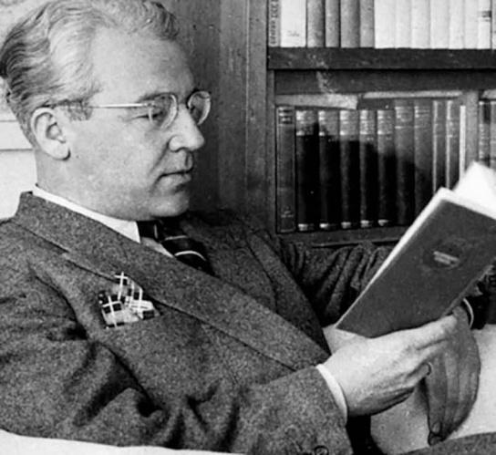 """1-Sabahattin Ali, eserlerinde toplumsal gerçeklerden faydalanmış bir yazardır. İlk basımı 1940 yılında yapılan bu eser, yaptığı toplum ve kişilik analizleri bakımından hâlâ güncelliğini korur. İnsanların yaptıkları kötü şeylerden sorumlu tutmaya çalıştıkları dürtüyü, """"İçimizdeki Şeytan"""" olarak adlandıran yazar, bu şeytanın sorumluluğunun da aslında kişide olduğunu anlatır.  İstanbul'a konservatuar okumak için gelen ve uzak bir akrabasının yanında kalan Macide ile Ömer'in hayatı bir vapurda kesişir. Ömer, ilk gördüğü anda Macide'ye âşık olur. Macide ise henüz ne İstanbul'a ne de bu şehrin insanlarına alışabilmiş değildir. Birbirini çok az tanıyan Macide ve Ömer, gençlik duygularıyla birbirlerine kapılırlar. Birbirlerini tanımaya çalışırken geçirdikleri bu zaman aslında kendilerini tanımalarını sağlayacaktır."""