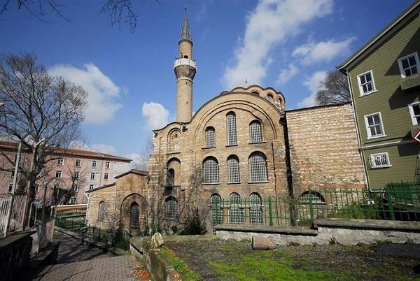 Kalenderhane Camii Vefa semtinde Bozdoğan Su Kemeri'nin yakınlarında yer alır. Yapının dokuzuncu ile on ikinci yüzyıl arasında inşa edildiği tahmin edilmektedir. Fetihten sonra bina, Kalenderî dervişlere Fatih Sultan Mehmet tarafından tahsis edildi ve dervişler burayı medrese olarak kullandı. Bu sebeple burası Kalenderhane olarak anılmaya başlamıştır. On sekizinci yüzyılda Saray Ağası Maktul Beşir Ağa tarafından camiye çevrilmiştir.