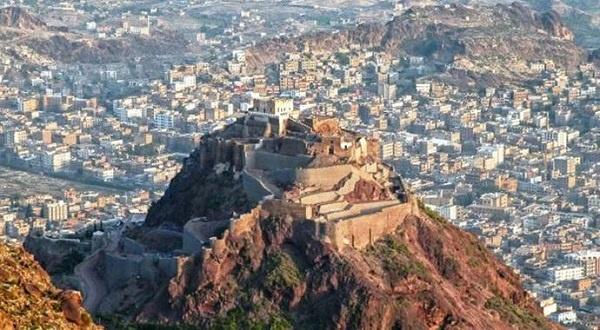 Yemen'deki iç savaş sırasında Taiz şehrindeki tarihi Kahire Kalesi de zarar gördü. 1000 yıldır Taiz semalarını süsleyen 120 metre yükseklikte inşa edilen kale, 2015 yılının Mayıs ayında bombalandı. Sabr Dağı'na inşa edilen kalenin Salihiler döneminde tamamlandığı biliniyor. Osmanlı'dan önce hapishane olarak kullanılmış bu muhkem yapının 4 ana kapısı bulunmakta. Bir zamanlar ulaşılması, ele geçirilmesi imkânsız olan bu kartal yuvası bile modern savaşların yıkıcılığı karşısında aciz ve savunmasız.