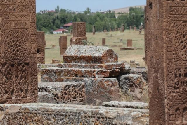 """Türklerin Anadolu'ya girişinin kapısı olan ve """"Anadolu'nun tapusu"""" olarak bilinen Ahlat, her yıl çok sayıda yerli ve yabancı turisti ağırlıyor."""