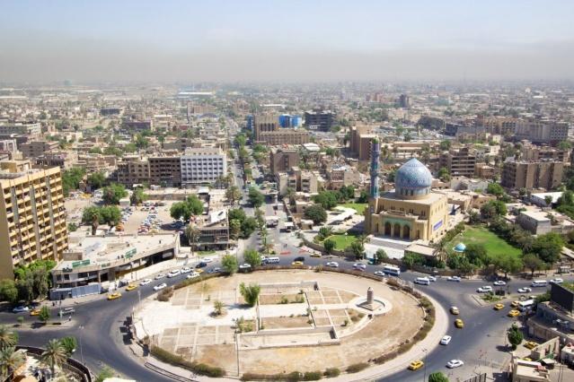 2- Irak –Firdevs Meydanı- Bağdat  Irak'ın başkenti Bağdat'ta bulunan Firdevs Meydanı 9 Nisan 2003 yılında tarihin önemli günlerinden birine tanıklık etti. Ülkeyi işgal eden Amerikan askerleri Bağdat'ın merkezindeki Firdevs Meydanı'na girdi. Burada bulunan Saddam Hüseyin heykeli, Irak halkı tarafından tahrip edildi. Daha sonra ise heykel bir Amerikan zırhlı aracı tarafından indirildi. Saddam rejiminin sona erdiğini simgeleyen gelişme bir fotoğraf karesi ile tarihteki yerini aldı.