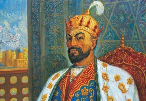 """Timurlular Emir Timur, 14. yüzyılın """"Timur Devri"""" diye anılmasına sebep olan Türk hükümdarıdır. Hayatının ilk bölümünü taht kavgalarıyla geçirse de ömrü boyunca Türk dünyasının büyük bir bölümüne sahip olmayı başarmıştır. Timur aslen Çağatay kökenli olmasına rağmen o bir Çağatay Hanedanı kurmaktan ziyade, Cengiz sülalesine meyilliydi. Cengiz soyundan evlendi ve damat anlamına gelen """"Göregen"""" unvanını kullandı. Bundan dolayı """"Timur Han"""" yerine """"Emir Timur"""" olarak bilinir, nitekim kendisi de öyle kabul etmiştir. O devirlerde hükümdarlığın meşruluğu için iki sülaleye bağlanmanız gerekirdi: Oğuz Han'ın ve Cengiz Han'ın soyuna. Timur, Cengiz Han'ı tercih etti. Hatta Cengiz Han'la akraba olduğu iddiasıyla yaşadı. Timur, Cengiz gibi büyük bir imparatorluk kurmak istiyordu, bu uğurda Anadolu'yu, Hindistan'ı, kısacası Asya'yı fırtına gibi geçti. Savaşları Müslümanlarlaydı. Bu kanlı savaşların yanında, edebiyata, astronomi ve matematiğe verdiği önemle de anılır. Onun yarattığı Semerkand ve Buhara gibi şehirler bugün İstanbul, Kahire, Isfahan, Şam gibi İslâm kültürünün en önemli şehirleri arasına girdi. Bunların yanı sıra arkasında büyük bir miras bıraktı. Bu mirasın içinde doğumuna vesile olduğu bazı şehirler, kurduğu rasathaneler, medreseler ve yazdırdığı kitaplar mevcut. Kendi kanunlarını içeren """"Tüzükât"""" adlı eseri de buna ekleyebiliriz."""