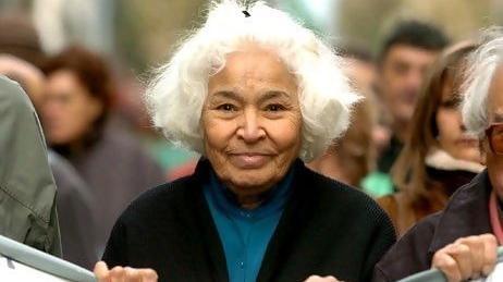 """Nawal El Saadawi (1931 – )  El Saadawi's kurgu eserleri hiçbir zaman derlenemedi ama kadın meseleleri üzerine kaleme aldığı dağınık yazılar Müslüman kadınlar arasındaki etkisini koruyor. Iraklı romancı Ali Bader gibi tanınmış yazarların sıklıkla alıntı yaptığı bu zeki kadın toplumsal cinsiyet hakkında hem İngilizce hem Arapça yazılar kaleme aldı. Necip Mahfuz'dan sonra Arapçadan İngilizceye en çok tercüme edilen yazarlardan birisi olarak El Saadawi, Batılı feminizm teorisyenleri tarafından sıklıkla başvurulan düşünürlerden birisi. Bir sabah uyanıp eşiniz ya da babanız uyurken neden soğuk mutfakta bir kadın olarak sizin kahvaltı hazırlamanız gerektiği kafanıza takılırsa bunu bir başlangıç noktası olarak ele alabilir ve Saadawi'nin """"Sıfır Noktasında Kadın"""" adlı kitabını okumaya başlayabilirsiniz."""
