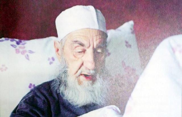 YESÂRÎ EL-HAC AHMED ŞEVKİ EFENDİ  1810 yılında Fatih'te Macuncu Mahallesi'nde doğmuştur. Babası Bosnalı Mustafa Efendi, Macuncu mahallesinin imamı, Fatih Camii kütüphanesinin hafız-ı kütübü idi.2 Hicri 1246 (1830/1831) yılında Cerrahi Asitanesi postnişini Abdulaziz Zihni Efendiden tac ve hırka giyerek icazet alan Ahmed Şevki Efendi, Çelebi M. Nureddin Efendi'nin vefatıyla boşalan Fatih, Yeşil Tekke sokağı, 33 numaradaki Ordu Tekkesi şeyhliğine 1831 yılında tayin olunmuştur. Hat sanatıyla ilgilenmiş, Saraçhane Mektebi hocalığının yanında babasından intikal eden Fatih Camii Kütüphanesi'nin hafız-ı kütüblüğünü de ömrünün sonuna kadar ifa etmiştir. 1875 yılı Mart ayında vefat eden Ahmed Şevki Efendi Sertarikzade Dergahı Şeyhi Abdullatif Fazlı Efendi tarafından gasledilmiş, cenaze namazı Fatih Camiinde kılınmış, Ordu Tekkesi haziresinde bani Şeyh Hafız Mustafa Efendinin soluna defnedilmiştir.  1904'de yanan tekkenin arsası 1960'ların başında istimlak edilip üzerine bir kamu binası yaptırılması kararlaştırılınca haziredeki kabirler torunu Necdet Toköz'ün gayretleriyle Edirnekapısı dışında, Necatibey Kabristanı'ndaki Bosnalı Mustafa Efendinin kabri yanına nakledilmiştir.