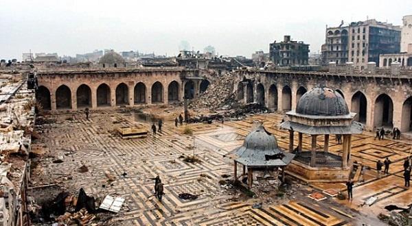 Emeviler döneminde yaptırılan Halep Ulu Camii, 1986'da UNESCO (Birleşmiş Milletler Eğitim, Bilim ve Kültür Örgütü) tarafından Dünya Mirası Listesi'ne alınmıştı. Fakat 1300 yıllık eser şimdilerde metruk bir harabe durumunda. İlk defa 2012 yılında saldırılardan zarar gören Halep Ulu Camii, 2013'te kullanılamaz hale geldi. Defalarca tankların hedefi olan mabed, içinde depolanan mühimmatların infilak etmesi sonucunda ağır hasar gördü. 45 metrelik eşsiz minaresi tamamen yıkılırken, caminin avlusu ve külliyesi de kullanılamaz durumda.