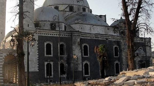 Suriye iç savaşının mağdurlarından biri de Hz. Peygamber'in (sas) ünlü komutanı Halid b. Velid (ra) adına 13. yüzyılda Memluk Sultanı Baybars tarafından yaptırılan cami. Humus şehrindeki tarihi Halid b. Velid Camii, 2013 yılında Esed güçleri ile muhalifler arasında yaşanan çatışmada roketlerin hedefi oldu. Kubbesi düşmek üzere olan caminin içine bulunan Halid b. Velid'e ait kabir de yok edildi. 1908 yılında Osmanlılar tarafından restore edilen 700 yıllık eser, bütün mağdurları gibi savaşın bitmesini ve kendisine uzanacak yardım elini bekliyor.
