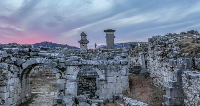 Antalya'da bulunan Xanthos Antik Kenti, yüzlerce yıllık kalıntıları ve hüzünlü geçmişiyle ziyaretçilerini tarihte yolculuğa çıkarıyor.