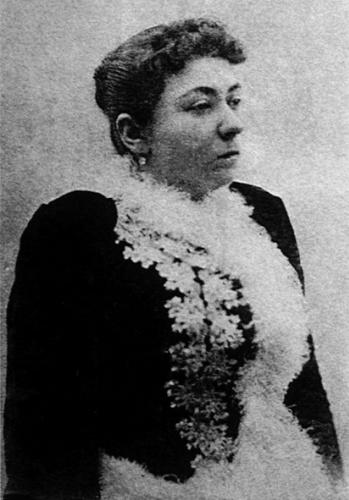 """Fatma Aliye (1862-1936)  İlk Türk kadın romancı olma özelliği ile Avrupa ve Amerika basınında kendisinden söz edilen Fatma Aliye Hanım'ın """"Nisvan-ı İslâm"""" adlı eseri Fransızca ve Arapça'ya, """"Udî"""" adlı romanı Fransızca'ya çevrilmiştir. Émile Julliard adlı bir Fransız yazarının Doğu ve Batı Kadınları adlı kitabını Fransız gazetelerine yazdığı bir mektupla eleştirmesi Paris'te büyük yankı uyandırmıştı. Eserleri 1893 yılında Chicago'da Dünya Kadın Kütüphanesi Kataloğu'nda sergilenmiştir. Son devir Osmanlı devlet adamlarından hukukçu ve tarihçi Ahmed Cevdet Paşa ile Adviye Râbia Hanım'ın kızıdır. Çağdaşlarından farklı olarak birçok özel hocadan ders aldı, Fransızca öğrendi ve iyi bir eğitim gördü. Babasının resmî görevleri dolayısıyla Halep, Yanya, Şam ve Beyrut vilâyetlerinde bulundu. 1878'de II. Abdülhamid'in yâverlerinden Kolağası Fâik Bey'le evlendi. Fatma Aliye Hanım, soyadı yasasından sonra Topuz soyadını aldı.  Fatma Aliye, 13 Temmuz 1936 tarihinde İstanbul'da vefat etti. Cenazesi Feriköy Mezarlığı'na gömüldü.  Fatma Aliye Hanım, ilk Osmanlı kadın feministlerden Emine Semiye Önasya'nın ablası, tiyatro ve sinema oyuncusu Suna Selen'in anneannesidir."""