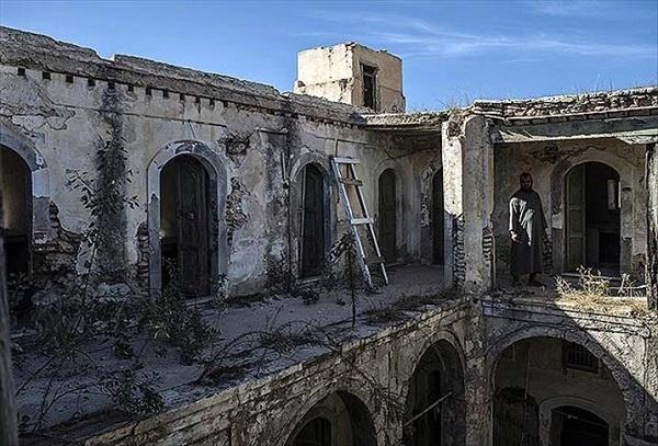 Arap Baharı sonrasında iç savaşa sürüklenen ülkelerden biri de Libya. Ülkenin başkenti Trablus'ta yer alan tarihi Ahmed Paşa Camii de savaşta tahrip edilen eserlerden biri. Trablus'ta tarihi kent içinde bulunan cami, 1737 yılında Karamanlı Ahmed Paşa tarafından inşa ettirilmiş. Tarihi Osmanlı Çarşısı ve saat kulesinin yanında bulunan caminin bahçesinde 50'den fazla kabir de bulunmakta.