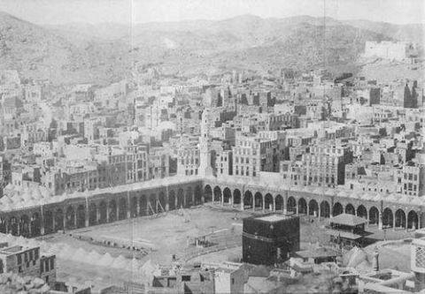 ''Mekke'ye Giden Bin Yol''da Michael Wolfe, ilk seyahatname 1050 yılına ait olmak üzere her yüzyıla ait birkaç seyyahın hatıralarını derlemiş. Kitapta seyahatnameden kesitler verildiği gibi seyyahların yol haritaları ve rotaları da yer alıyor.