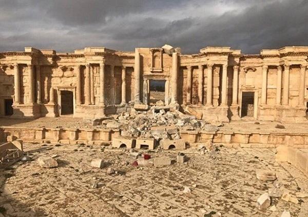 Uzmanlara göre 2000 yıllık bir geçmişi olan Palmira Antik Kenti, 2015 yılında IŞİD'in kontrolüne geçti. UNESCO Dünya Mirası Listesi'nde yer alan Palmira (Tedmur) şehrindeki pek çok eser bu dönemde tahrip edildi. Tarihi Baalşamin tapınağını havaya uçuruldu, Bel tapınağı bombalandı, geriye kalanlarda balyozlarla kırıldı. Kent, Palmira Devleti döneminde Kraliçe Zenobia tarafından kurulmuş. Greko Romen ve Pers kültürünün izlerini taşıyan şehir, tarihi eser kaçakçılarının en büyük ganimetlerinden biri oldu.