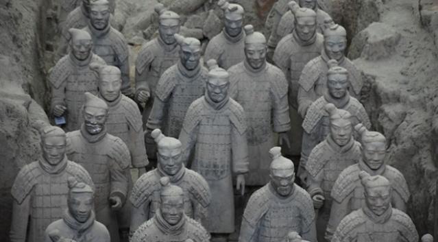 """Çin'de yaklaşık 2 bin 200 yıl önce siyasi birliği sağlayan İmparator Çin Şıhuang'ın (MÖ 259-210) imal ettirdiği """"Toprak Askerler"""" (Bingmayong) asırlardır tarihe meydan okuyor.  Ülkenin Şanşi eyaletine bağlı Şian şehrinin Lintong bölgesinde 1974'te bir tarım işçisi tarafından keşfedilen ve Birleşmiş Milletler Eğitim, Bilim ve Kültür Örgütü (UNESCO) tarafından 1987 yılında Dünya Kültür Mirasları Listesi'ne alınan Toprak Askerler, asırlardır Çin imparatorunu koruyor."""
