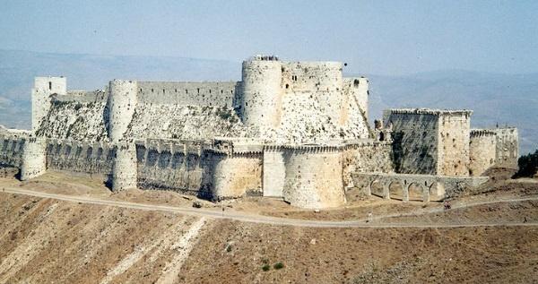 Suriye'nin Humus kentinde yer alan ve 11. yüzyılda Haçlılar tarafından yaptırılan Şövalye Kalesi (Krak des Chevaliers) bütün heybetine karşın savaşa direnemedi. 2006 yılında UNESCO Dünya Mirası Listesi'ne alınan kale ciddi boyutlarda hasar gördü. Dünyanın Ortaçağ'dan günümüze ulaşan en büyük kalelerinden biri olan eser, Trablus Kontu II. Raymond tarafından 1142'de yaptırılmış. Haçlı Seferleri sırasında önemli görevler üstlenen Hospitalier Şövalyeleri tarafından kullanılmış.