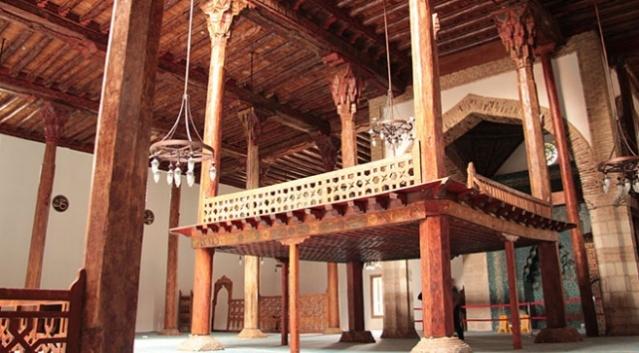 Dünyada ilk örnekleri Türkler tarafından yapılan ahşap tavanlı ve ahşap direkli camiler, asırlardır Türk-İslam geleneğinin önemli dini yapıları olarak dikkat çekiyor. İslamiyet'i kabul etmelerinden sonra ilk kez Orta Asya'da Türklerin yaptığı ahşap camiler, Selçukluların Anadolu'ya taşıdığı önemli bir kültürel miras olma özelliğini taşıyor.  Anadolu'daki ilk örneği, Anadolu Selçuklu Devleti döneminde vezir Sahip Ata tarafından Konya'da yaptırılan bu camiler, Türk-İslam mimarisinin estetik anlayışına dair belirleyici izler taşıması ve yapım teknikleriyle ziyaretçilerini etkiliyor.