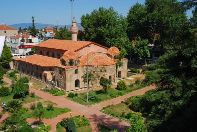 Orhan Gazi'nin İznik'i 1331 yılında fethetmesiyle kiliseden camiye dönüştürülen Ayasofya Orhan Camii, hem tarihteki önemi hem de manevi atmosferiyle dünyanın dört bir yanından yerli ve yabancı turistleri ağırlıyor.  Dünya tarihi açısından önemli bir yapı olan Ayasofya'nın, Romalılar döneminde de tapınak olarak kullanıldığı ve 7. yüzyılda Doğu Roma İmparatorluğu (Bizans) döneminde üzerine bazilika inşa edildiği biliniyor.