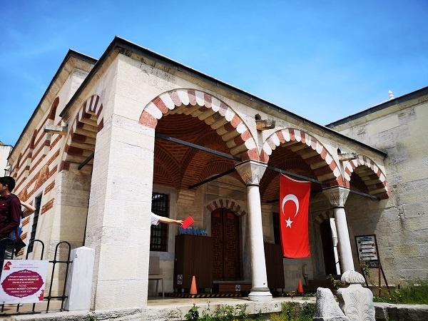 Başodası ise Osmanlı medrese planlarının geleneksel düzeninden ayrı olarak medrese hücrelerine bitiştirilmiştir. Böylece başoda revakı hem medreseye, hem de başodaya girişi sağlamıştır. Osmanlı eğitim sistemi 'taleb'e üzerine kurgulanmış bu yapıların üslubuna da yansımıştır.