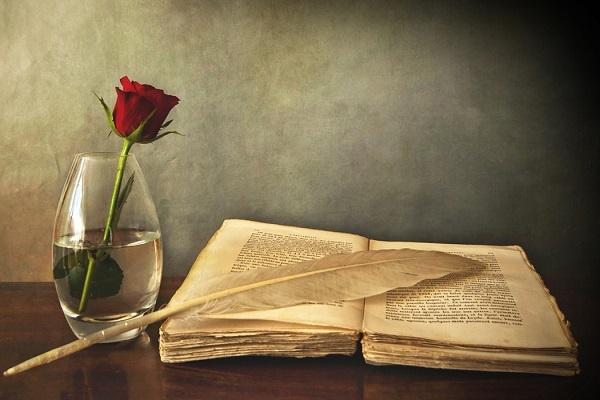 """""""Eğer dürüst olursan ve benden hiçbir zaman kitap ödünç istemezsen seninle uzun süre iyi arkadaş olarak kalabiliriz."""" Bu cümle, bir kitap hastasının (burada, belirtisiz isim tamlaması kullanarak kendimi gizlemeye çalışıyorum) yeni arkadaşlıklara kapı açabilmesi için şart koştuğu bir taleptir. """"Kitap hastası"""" dedim, dikkat buyurun lütfen. """"Kitap meraklısı"""" demedim. Kitap meraklılarını, kitapları biblo gibi sergilemek için satın alanlara bırakalım."""