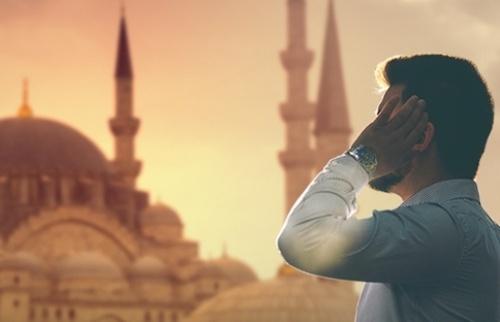 Ezan özellikle modern dünyada önemli bir tasarım öğesi olabilir. Hatta başat bir öğe olabilir. Nasıl mı?: İslam ülkelerinde her gün beş vakit ezan okunur. Eskiden, müezzinlerin minareye çıkarak çıplak sesle okudukları ezan bugün hoparlörlerle geniş alanlara duyurulabiliyor.