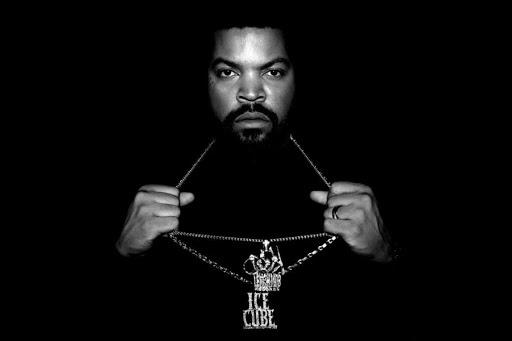 """Ice Cube:  1969 Los Angeles doğumlu olan Ice Cube, """"GTA: San Andreas"""" oynamış olma ihtimali yüksek olan bizim neslin o oyunda gördüğü hayata tam olarak ait bir isim. Şu ana kadar milyonlarca albüm satmayı başaran Ice Cube, hip-hop deyince akla ilk gelen isimlerdendir desek hiç abartı olmaz. 90'ların ortasında ihtida eden ve İslam ile olan ilişkisini bizzat dillendirmekten çekinmeyen Ice Cube'un tamamen bu kimlikle duruşunu, imajını inşa ettiği söylenemez. Ancak mana derinliği yüksek olan sözlerinde ve sisteme isyan eden sosyo-politik şarkılarında İslami bir düşünce zemininden beslendiği söylenebilir. Ice Cube'u bazı Hollywood filmlerinde de görmeniz olası."""