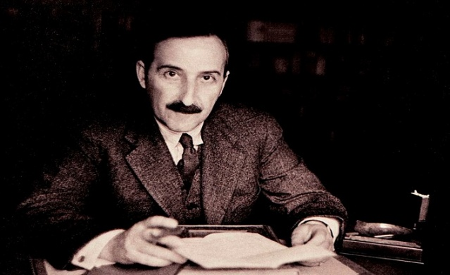 Avusturyalı yazar Stefan Zweig, kendi döneminde olduğu gibi bugün de en fazla okunan yazarlar arasındadır.   Döneminde başarılı bir biyografi yazarı olarak tanınan Zweig'in hikâyelerindeki psikolojik bakış açısı elbette onun iyi bir psikolog olması sayesindedir. Kişileri ve davranışlarını gözlemlemede iyi olduğu gibi rahatlıkla teşhis koyması da bu durumdan kaynaklanır. Eserlerinde hissedilen geniş psikolojik birikimi ile hikâyenin arka planını doldurarak hikâyedeki olayın yaşanabilir olma olasılığını arttırırken okuyucu ve karakter arasındaki bağı da kuvvetlendirir.