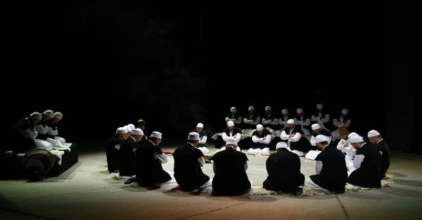 """Konuşmasına Kur'ân'ın ilk suresinde bulunan """"Allah'ım bizi dosdoğru yola ilet"""" duasıyla başlayan Mustafa Kara, dosdoğru yolun Allah'ın nimet verdiklerinin yolu yani başka bir ayette işaret edildiği üzere nebiler, sıddîkler (sadakatin-samimiyetin bayraktarları), şehidler (hakikat için kendini feda edenler veya hakikate şâhid olanlar) ve sâlihlerin yolu olduğunu söyledi. Dolayısıyla Allah'ın yolunu, sırât-ı müstakîmi bu dört grup insanın yolunda aramak gerektiğini vurgulayarak Peygamberlerden sonra takip edilecek kişilerin sıddîkler, şehidler ve sâlihler olduğunun ifade etti. Böylece konuşmasının ana temasına girizgâh yapan Kara, tasavvufun bize sunduğu, tavsiye ettiği şartları şöyle sıraladı:"""