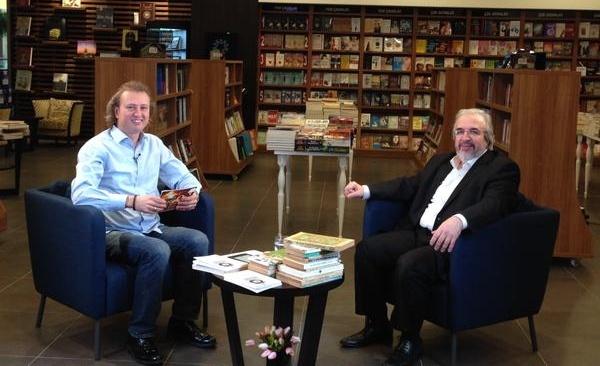 Münir Üstün'ün CİNE 5 ekranlarında hazırlayıp sunduğu Bibliyofil programında misafir ettiği yazar ve şairlere en çok sevdikleri 10 kitabı sormuştu. Biz de yazarların en çok sevdikleri kitapları not almaya devam ediyoruz.