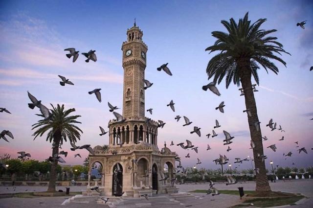 Türkiye'nin en çok sevilen şehirlerinden birisidir İzmir. İnsanların zihninde kültür, medeniyet ve siyasetle ilgili konular üzerinden yer etmiştir. Buna karşın İzmir'in camileri dediğimiz zaman zihnimizde pek bir şey canlanmıyor. Sadece Saat Kulesi'ne yakınlığıyla bilinen Konak Camii akla gelir belki. Oysa İzmir camilerden yana dikkate değer bir şehir. Sadece Konak Kemeraltı mevkiinde iki elin parmaklarına yakın cami var. Tabii bahsettiğimiz bu camiler genelde birkaç yüzyıllık. Zaten biz de eski camiler ile ilgileniyoruz. Fazla uzatmadan önce Kemeraltı bölgesinde yer alan camileri tanıyalım, ardından da zikre değer gördüğüm birkaç camiden de söz edelim:
