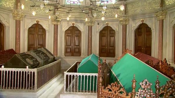 """""""Vâlide Sultan"""" Osmanlı Devleti'nde padişah anneleri için kullanılan bir tabirdi. Vâlide Sultanların resmî ünvânı """"Mehd-i ulyâ"""" (Padişah anası) idi. Rivayete göre """"Vâlide Sultan"""" ünvânı, ilk kez 12.Osmanlı hükümdârı Sultan III.Murad Han tarafından annesi Nurbanu Vâlide Sultan için kullanılmıştır. Devlet-i Âliyye-i Osmanîyye'nin içindeki imtiyazlı konumlarına ve derin nüfuzlarına rağmen, siyâsetle uğraşanları yok denecek kadar azdır. Hemen hepsi hayır işleri hususunda yarışmışlar, başta İstanbul olmak üzere diğer şehirlerde pek çok hayır eserleri bırakmışlardır. Tarihe yön veren ihtişamlı Osmanlı padişahlarını dünyaya getiren bu mübârek kadınların istirahatgâhları, günümüzde halen ziyaret edilen türbelerin başında gelmektedir. Bu yazımızda amaç İstanbul dahilinde, adları ile anılan Vâlide Sultan Türbelerini tanıtmak olacaktır. Vâlide Sultanlardan bazıları müstakil türbelerde medfundur. Bu türbeleri; ya kendileri, ya oğulları veya padişah olan efendileri yaptırmışlardır."""