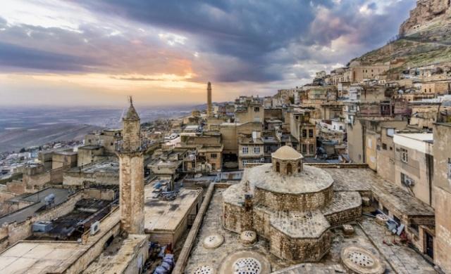 Mezopatamya'nın kızıl kahve masalı Mardin, binlerce yıllık tarihi dokusu, yapıları ve sokakları ile tarih kokan bir memleket. Tarihi yapılar konusunda oldukça zengin bu şehrin sokaklarında dolaşıp biz de tozlu tarihine karışalım istedik. Sizler için Mardin'in 10 tarihi eserini inceledik.