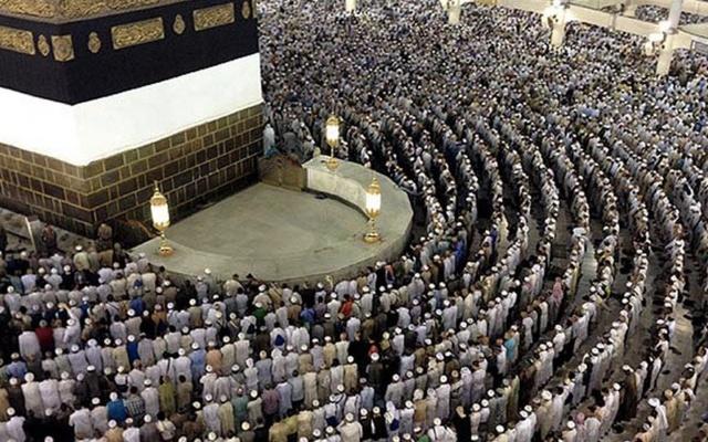 Hicret ile birlikte Allah'a en yakın hissettikleri evlerinden uzaklaşmak zorunda kalan Müslümanlar, o andan itibaren Kâbe'ye kavuşmanın hayali ile yaşamışlardır. İlk ayrılıştır bu ve hac görevinin ilk engeli; Mekkeli kâfirlerin inadı ile başlar.