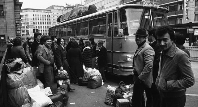 İnsan hikayeleri paylaşan bir hesap  DiasporaTürk (@diaspora_turk). Yaşanmış, buram buram hasret kokan hikayeler. Çünkü ekmek parası için Almanya'ya çalışmaya giden Türk işçilerin veya farklı sebeplerle gurbette yaşayan Türkiyeli insanların hayatlarından dem vuruyor DiasporaTürk. Bu sebeple takibe değer.