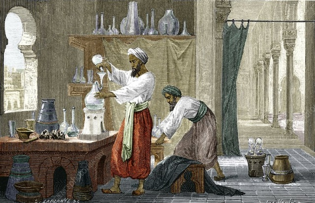 Erbil'den Kahire'ye kadar uzanan ilim yolculuğu  Fârâbî'den bahsederken Vefeyâtü'l-a'yân adlı eserini zikrettiğimiz İbn Hallikân da ilim tahsili için yolculuğa çıkan isimlerden bir diğeri. 1211 yılında Erbil'de dünyaya gelen İbn Hallikân, 18 yaşına kadar burada, doğduğu şehirde eğitimine devam etti. 18 yaşında birikimini arttırmak amacıyla seyahate çıkan İbn Hallikân'ın ilk durağı Musul oldu. Burada çok yönlü bir âlim olan Kemâleddin İbn Yûnus ve belagat âlimi Ziyâeddin İbnü'l-Esîr gibi kimi âlimlerden istifade etti. Sonrasında önce Harran'a, ardından da ilmî şahsiyetinin oluşmasında önemli bir payı olan Halep'e gitti.