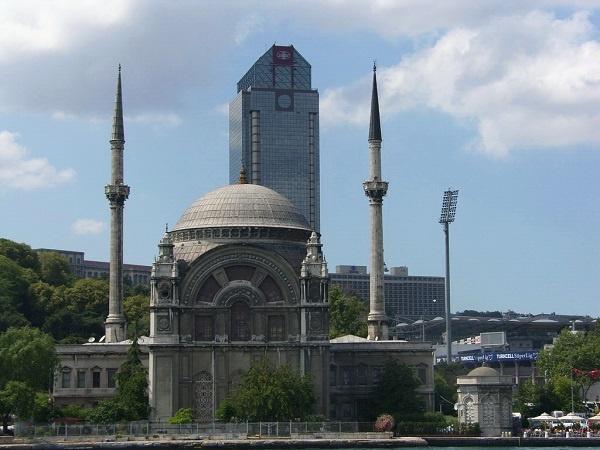 """Aşkar dergisinin 37. Sayısında yayımlanan (2016) yazısında Yağız Gönüler; """"Plazalar, bir Müslümanın maneviyatını oldukça zorlayan yapılardan biridir. Bu yapılar dışarıdan bakıldığında her ne kadar haşmetli, heybetli, göz alıcı gözüküyorlarsa da ne kâinatın dengesine de insanın ölçüsüne de zıttır."""" diyor. Önemine binaen yazıyı alıntılıyoruz:"""
