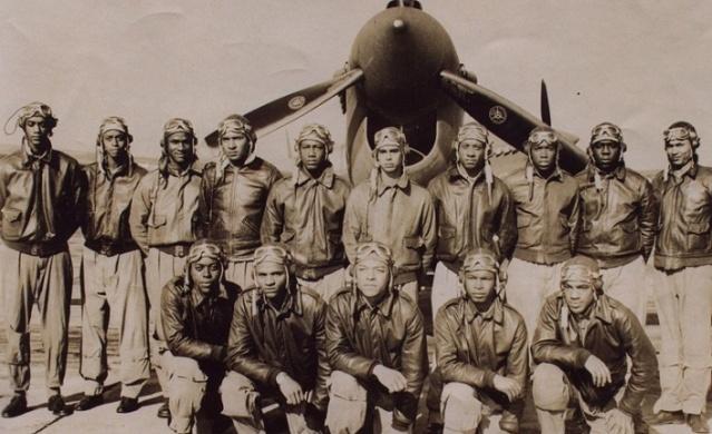 Pek bilinmese de Tuskegee Havacıları'nın 2. Dünya Savaşı'ndaki üstün başarıları Amerika'daki ırkçılık tarihinde bir kırılma noktası olmuştur. Onlar ABD Hava Kuvvetleri'nde pilot olma hakkı kazanan ve operasyonlara katılan ilk siyahlardı. Performanslarıyla büyük bir önyargıyı yıktılar. Ancak ırkçılığın kılcal damarlara kadar işlediği bir toplumda bu hiç de kolay olmamıştı.