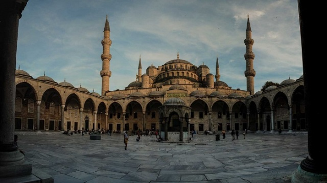 Osmanlılar sekiz yıl hüküm süren ama sarayına uğramayıp gazadan gazaya koşarak ömür geçiren sultanlara sahiptiler fakat bu arada sanatta ve ince ruhlu olmakta da kılıcın yapabildiğinden daha etkili işler ortaya koyabiliyorlardı. Sadullah Yıldız Osmanlı camilerinden bazılarını giriş kitabelerini derledi.