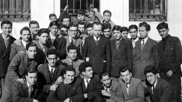 """Strasburg'da ahlak felsefesi üzerine doktora yaptı. """"Conformisme et révolte"""" adlı tezini Sorbonne'da savundu ve üstün başarı ödülü aldı. Avrupa'ya tahsile giden Türkler arasında ahlak üzerinde çalışan ilk öğrenci ve Sorbonne'da felsefe doktorası yapan ilk Türk Nurettin Topçu'dur (Kara 2012). Tezi bittikten sonra kendisine Fransa'da kalması teklif edildiyse de kabul etmedi ve 1934'te Türkiye'ye döndü. Galatasaray Lisesi'nde başladığı felsefe öğretmenliğini; İzmir Atatürk, Denizli, Haydarpaşa, Vefa ve İstanbul liselerinin yanı sıra İstanbul İmam-Hatip Okulu ile Robert Kolej'de sürdürdü."""
