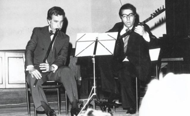 Türk sanat musikisi sanki Cumhuriyet'le birlikte inkıtaya uğramış gibi. Sınırlamalar, yasaklar, zorlamalarla belirli bir kulvara yönlendirilmek istenen kadim müzik zevki kısmen bu baskılardan etkilense de özünden pek sapmamıştır. Bu kadim musiki zevkini yaşatmak için sanatçılar hem ömürlerini bu yola adamışlar hem de talebeler yetiştirmişler.  Gelenekten kök alan musikiyi yaşatmak için muazzam şekilde çaba harcayan musikişinaslardan bazıları yurtdışında dahi büyük üne sahip olup, yabancı kulakları musikimize aşina kılarken yurtiçinde ise horlanmış, küçük görülmüş!  Geçmişteki ustalar bir şekilde kulaklarda yer etmiş. Değerli emekleri ölümleri ile daha da kıymet kazanmış. O kadar ki halihazırda yaşayan sanatçılardan ziyade onlar bilinmekte. Geçmişe nazaran günümüzdeki musiki sanatçıları daha geniş kitlelere daha rahat şekilde seslenebilirken yine de bilinmezlik tülünün arkasında kalıyorlar.  Bu geleneğin günümüzdeki bazı savunucularından, kıymetli icralarıyla bahis açalım istedik. Bu musikişinaslar hakkında kısa dahi olsa bazı bilgiler ile bazı meşk numunelerini haberimizde bulabilirsiniz.