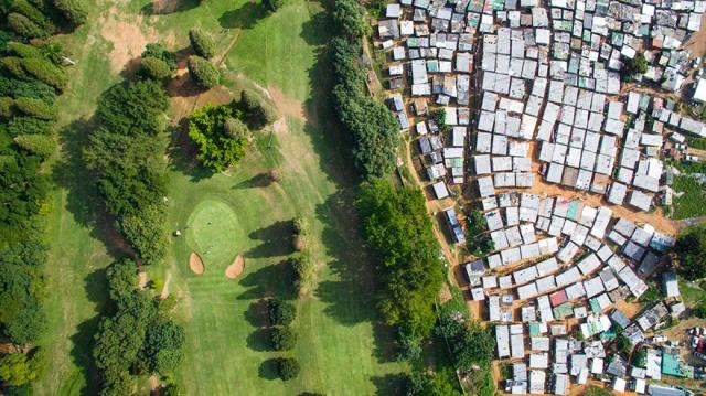 2017 yılında drone fotoğrafçılığı dalında ödül kazanan Johnny Miller'in fotoğrafları bize, Güney Afrika'daki eşitsizliği, sınıfsal farklılıkları, gelir dağılımındaki uçurumun hangi boyutlara ulaştığını gösteriyor. Ve dahası bu fotoğraflar; 24 yıl önce bitmiş olsa da ülkede, apartheid rejim tarafından kurulan sosyal düzenin hala devam ettiğini dillendiriyor.