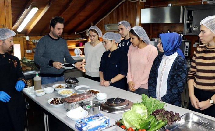 Yabancı öğrenciler saray mutfağı lezzetlerini öğreniyor